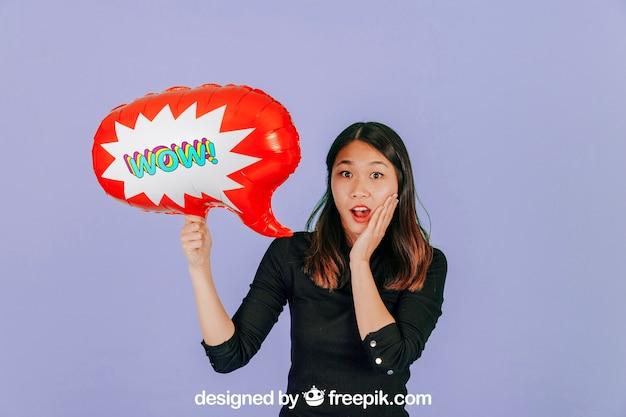 Mulher surpreendida com maquete de balão de fala