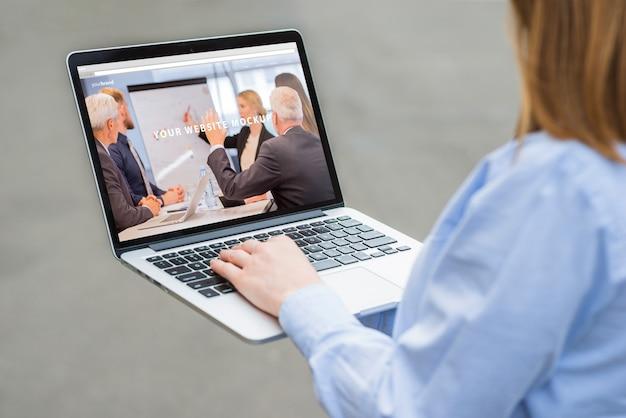 Mulher, trabalhando, com, laptop, mockup