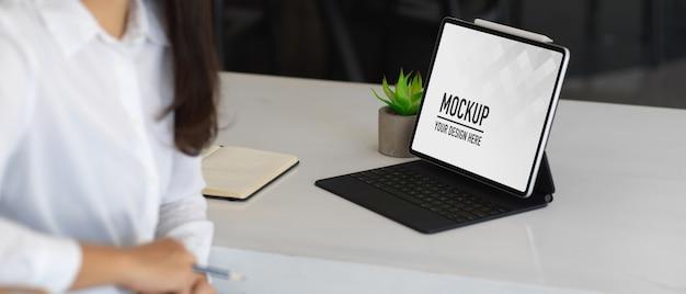 Mulher trabalhando com maquete de tablet digital