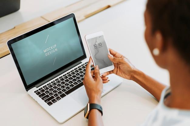 Mulher, usando, laptop, e, smartphone