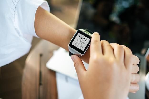 Mulher usando maquete de relógio inteligente