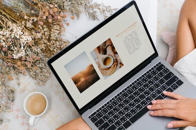 Mulher usando um laptop