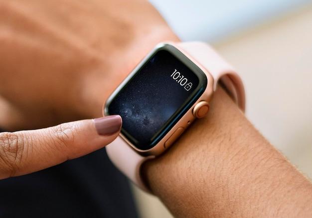 Mulher usando uma maquete de relógio inteligente