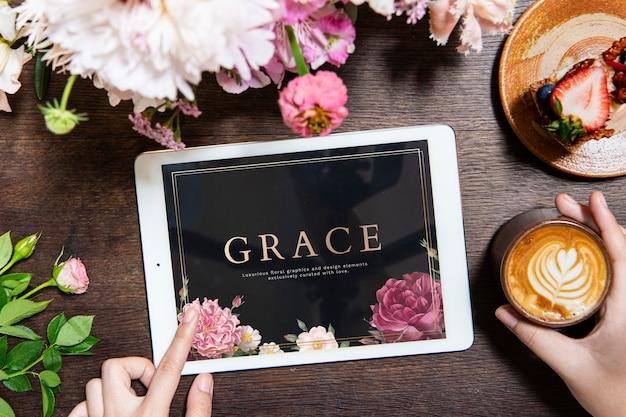 Mulher usando uma maquete de tela de laptop em um café