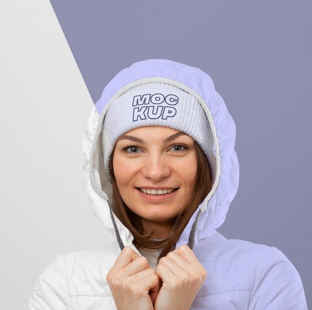 Mulher vestindo roupas quentes close-up