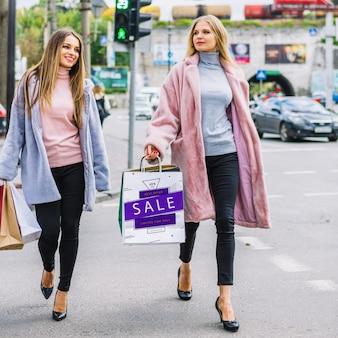 Mulheres, com, bolsas para compras, em, cidade