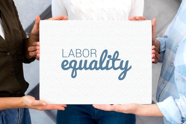Mulheres com mensagem de trabalho de igualdade