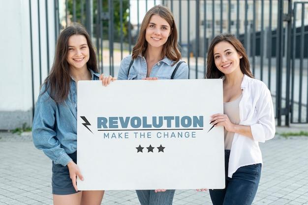 Mulheres felizes, segurando a placa com mock-up