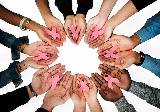 Mulheres segurando fitas de conscientização de câncer de mama
