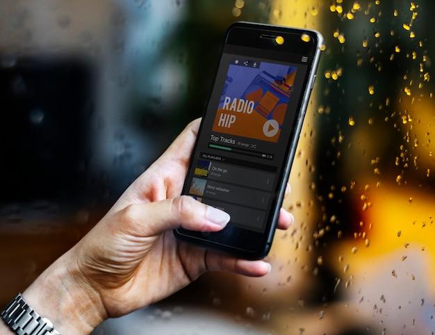 Música de rádio transmitindo em um smartphone