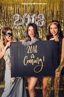New year mockup com três garotas atrás do tábua