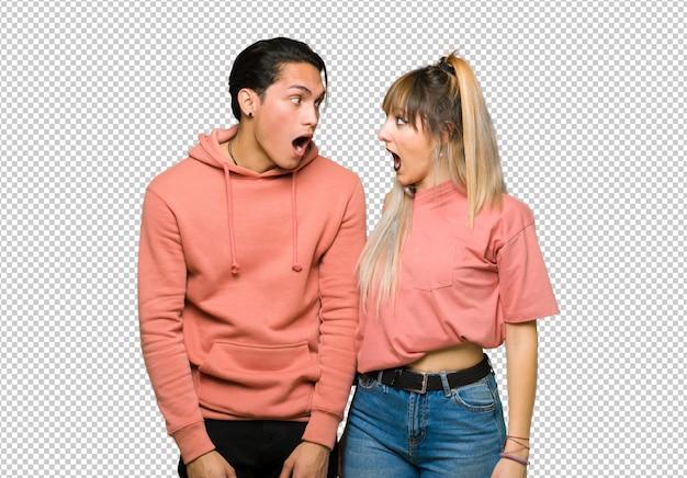 No dia dos namorados casal jovem com surpresa e expressão facial chocada