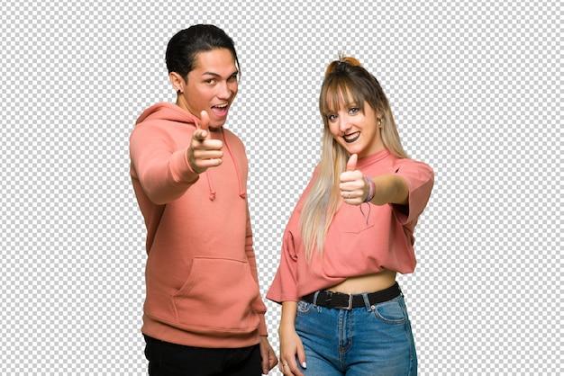 No dia dos namorados jovem casal dando um polegar para cima gesto porque algo de bom aconteceu