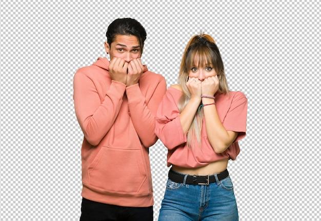 No dia dos namorados jovem casal é um pouco nervoso e assustado colocando as mãos para a boca