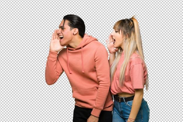 No dia dos namorados jovem casal gritando com a boca aberta para o lateral