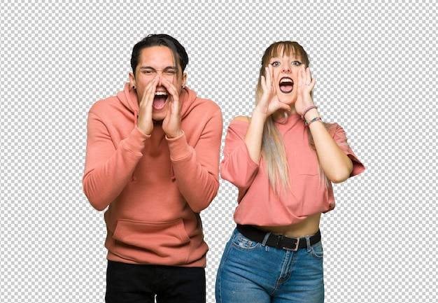 No dia dos namorados jovem casal gritando e anunciando algo