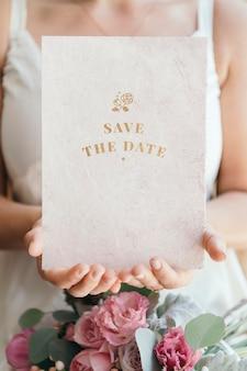 Noiva segurando uma maquete de cartão para salvar a data