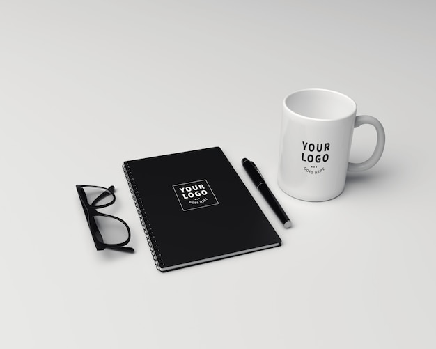 Nota do bloco de perspectiva com maquete da caneca de café