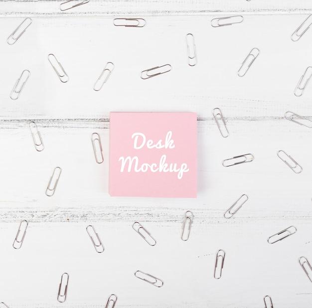 Nota pegajosa de mock-up com mensagem de mesa