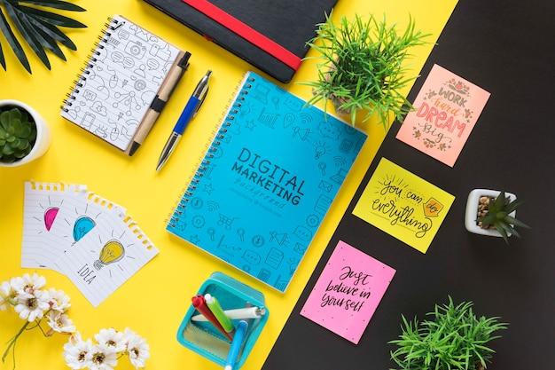 Notas auto-adesivas com mensagens motivacionais e maquete de caderno