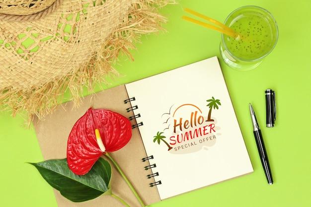 Notas de maquete com caneta e flor