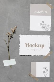 Notas de papel e folhas coladas na parede com fita adesiva