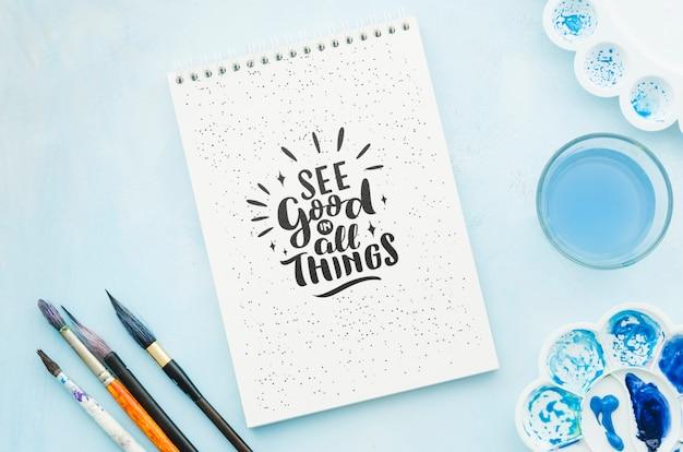 Notebook com desenho de mensagem positiva