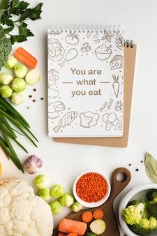 Notebook com legumes saudáveis