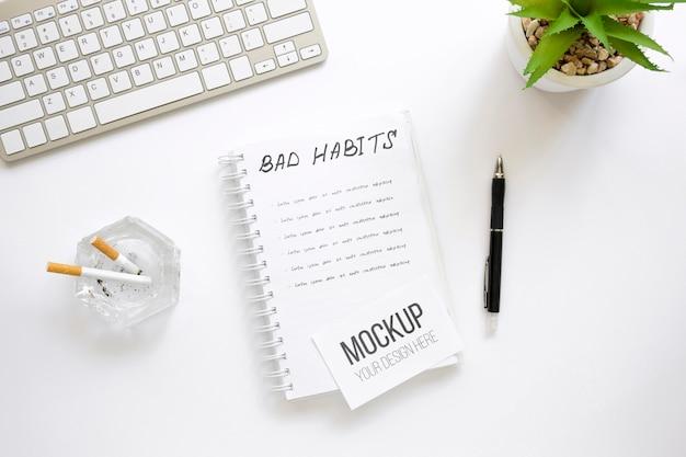 Notebook com lista de maus hábitos no escritório