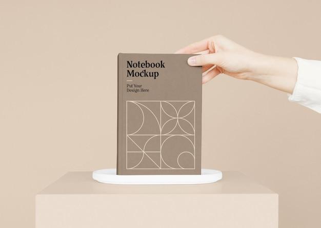 Notebook com maquete de mão