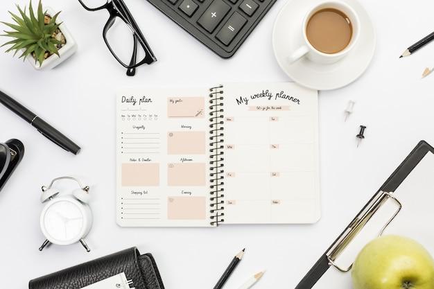 Notebook de vista superior com plano semanal