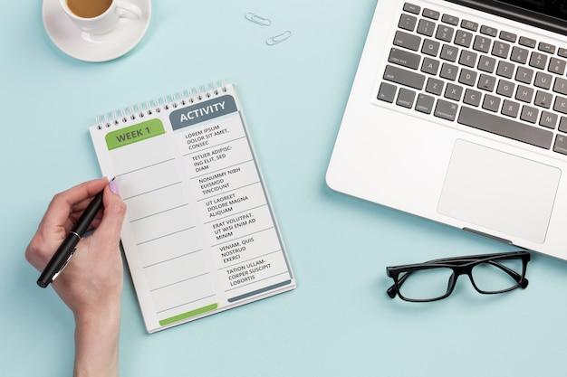 Notebook de vista superior com tarefas diárias para verificar