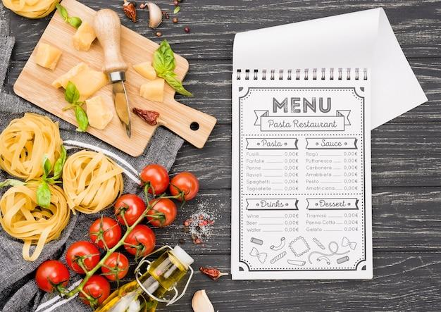 Notebook e variedade de comida italiana