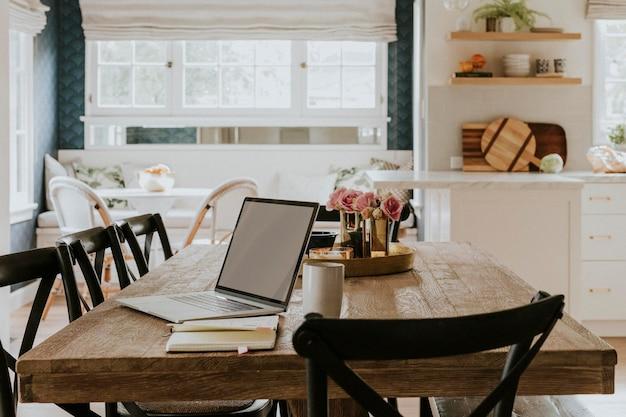 Notebook em uma mesa de jantar de madeira