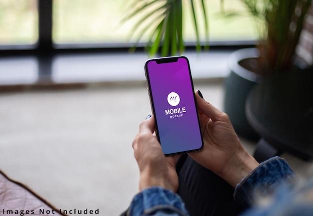 O celular na mão simulado acima