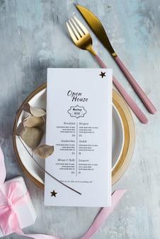 O conjunto de jantar serviu de brochuras com garfo e faca.