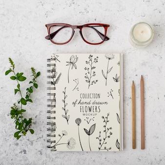 Óculos de vista superior e bloco de notas com maquete