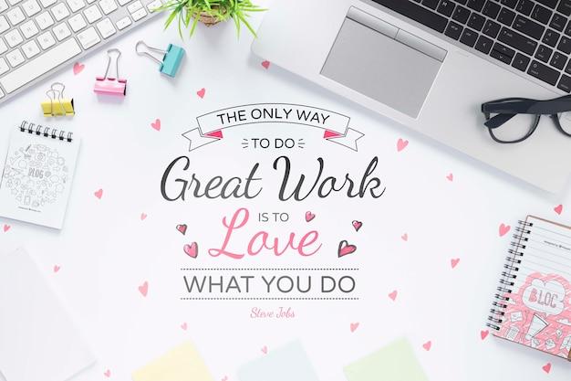 Óculos e laptop de mensagem motivacional de negócios