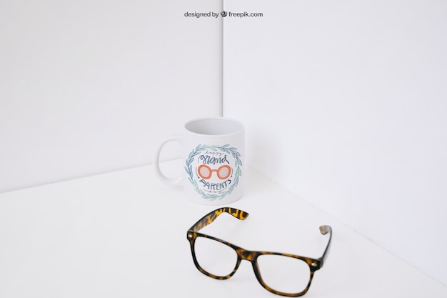 Óculos na frente da caneca de café