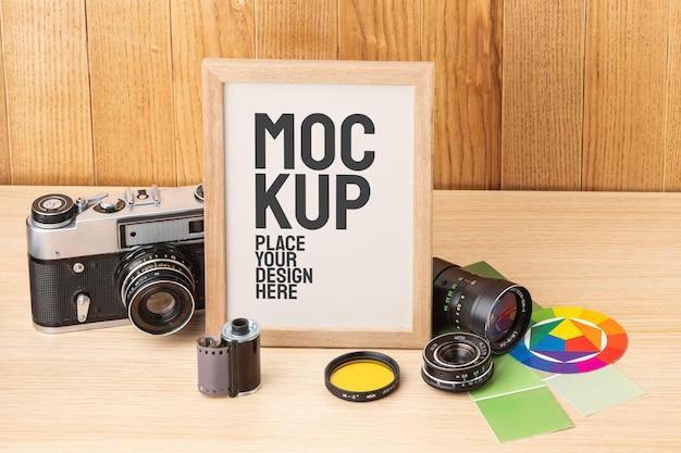 Oficina de fotógrafo com arranjo de maquete de moldura