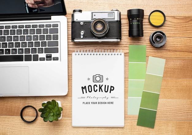 Oficina de fotógrafo com caderno de maquete
