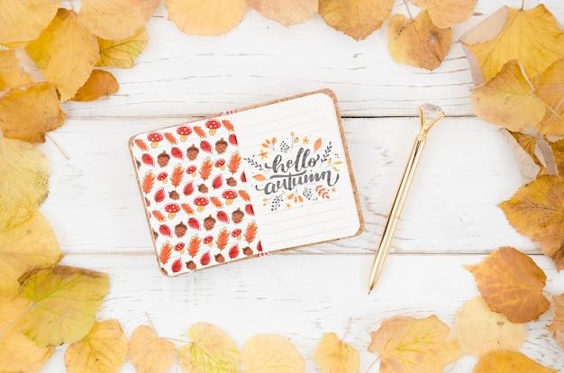 Olá citação de outono escrita em um bloco de notas