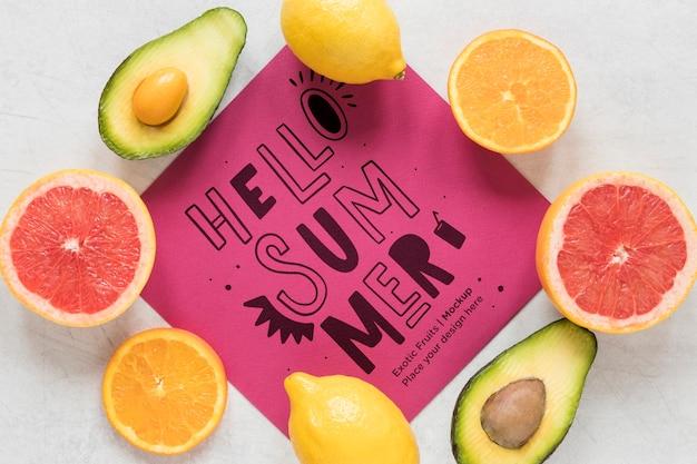 Olá conceito de verão com frutas exóticas
