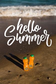 Olá garrafas de verão na praia com espaço de cópia