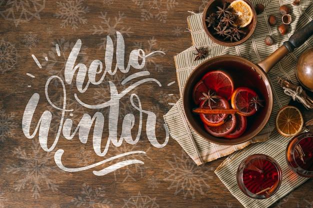Olá inverno e vinho quente com fatias de laranjas