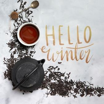 Olá mensagem de inverno ao lado de chaleira com chá