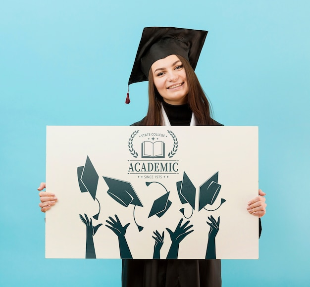 Orgulhoso estudante universitário segurando placa mock-up