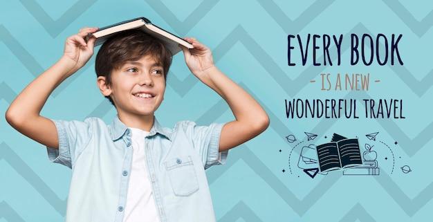 Os livros são aventuras jovem rapaz bonito mock-up