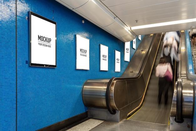 Outdoor em branco localizado no corredor subterrâneo ou metrô para publicidade, conceito de maquete, obturador de baixa velocidade da luz