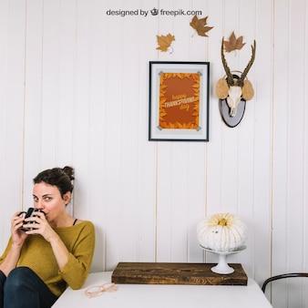Outono mockup com mulher bebendo